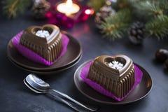 Schokoladen-Herz-Kuchen mit weißer Schneeflocke für den Silvesterabend Lizenzfreies Stockfoto