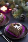 Schokoladen-Herz-Kuchen mit weißer Schneeflocke für den Silvesterabend Stockbild