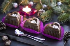 Schokoladen-Herz-Kuchen mit weißer Schneeflocke für den Silvesterabend Lizenzfreie Stockfotografie
