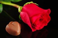 Schokoladen-Inneres mit roter Rose Stockfotografie