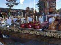 Schokoladen-, Karamell- und Toffeesüßigkeitäpfel mit Reflexion Stockbilder