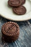 Schokoladen-Kekse auf Holztisch Stockbild