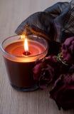 Schokoladen-Kerze und trockene Rosen Stockfoto