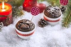 Schokoladen-kleiner Kuchen mit Schneeflocken, Kerze und Weihnachtsbaum Stockfoto