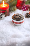 Schokoladen-kleiner Kuchen mit Schneeflocken, Kerze und Weihnachtsbaum Lizenzfreie Stockbilder