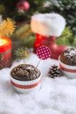 Schokoladen-kleiner Kuchen mit Schneeflocken, Kerze und Weihnachtsbaum Lizenzfreies Stockfoto