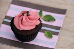 Schokoladen-kleiner Kuchen mit Swirly-Erdbeere Buttercream Lizenzfreies Stockfoto