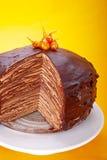 Schokoladen-Krepp-Kuchen Stockfotos