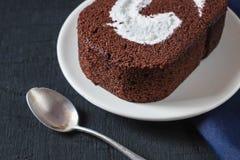 Schokoladen-Kuchen auf dem Tisch stockbild