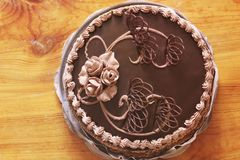 Schokoladen-Kuchen auf dem Tisch lizenzfreie stockbilder