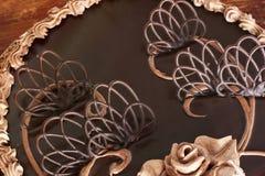 Schokoladen-Kuchen auf dem Tisch lizenzfreie stockfotos