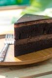 Schokoladen-Kuchen auf hölzerner Platte Lizenzfreies Stockfoto