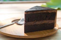 Schokoladen-Kuchen auf hölzerner Platte Stockfotografie