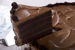 Schokoladen-Kuchen, der geschnitten wird Lizenzfreie Stockbilder
