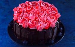 Schokoladen-Kuchen mit Buttercremezuckerglasur Lizenzfreies Stockfoto