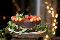 Schokoladen-Kuchen mit Erdbeeren Stockfotografie
