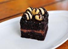 Schokoladen-Kuchen mit Macadamia Stockbilder