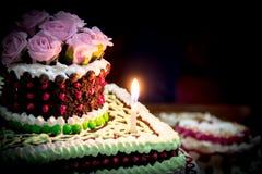 Schokoladen-Kuchen mit rosa Rosen Lizenzfreie Stockfotos
