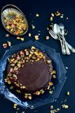 Schokoladen-Kuchen mit Rosen Stockfotografie