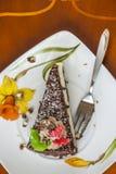 Schokoladen-Kuchen und Gabel auf einer Untertasse Lizenzfreies Stockfoto