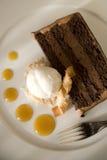 Schokoladen-Kuchen und Kokosnuss-Eiscreme Stockfotografie