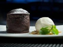Schokoladen-Kuchen- und Vanilleeissahne Stockbild