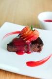 Schokoladen-Kuchenbelag mit geschnittener Erdbeere Lizenzfreies Stockfoto