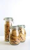 Schokoladen-, Lavendel- und Haselnussplätzchen im Glas Lizenzfreies Stockfoto