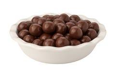 Schokoladen-Malz-Kugeln getrennt lizenzfreie stockfotos