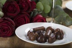 Schokoladen mit roten Rosen Stockfoto