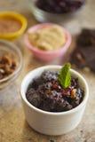 Schokoladen-Moosbeerbrot-Pudding in der Schüssel Stockfotografie