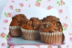 Schokoladen-Muffins auf dem Stand lizenzfreie stockfotografie
