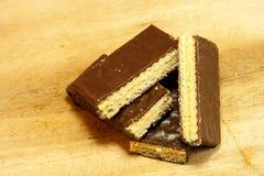 Schokoladen-Oblaten auf Holztisch Stockfoto