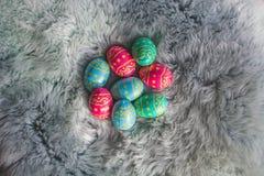 Schokoladen-Ostereier auf des Rosas, Blauer und Grüner den Eiern des Pelzes, Ostern-backgroung lizenzfreie stockfotos