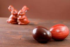 Schokoladen-Ostereier und Schokoladenkaninchen Stockfotos