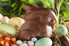 Schokoladen-Osterhase in einem Korb stockbilder