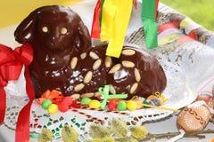 Schokoladen-Ostern-Lamm 25 mit Osterei-Dekorations-Oberleder-Ansicht Stockfoto