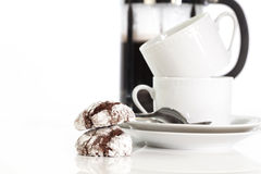 Schokoladen-Plätzchen mit weißen Kaffeetassen Lizenzfreies Stockbild