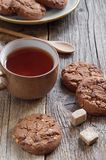 Schokoladen-Plätzchen und Tee Stockfoto