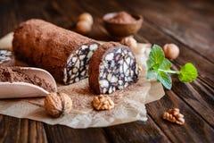 Schokoladen-Salami - traditioneller Nachtisch mit Walnuss und Keksen stockfotos
