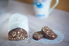 Schokoladen-Salamikekse Stockfotos