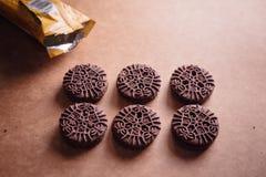 Schokoladen-Sandwich-Plätzchen mit Schokoladen-Creme nach innen Lizenzfreie Stockbilder