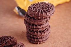 Schokoladen-Sandwich-Plätzchen mit Schokoladen-Creme nach innen Lizenzfreies Stockfoto