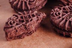 Schokoladen-Sandwich-Plätzchen mit Schokoladen-Creme nach innen Stockbilder