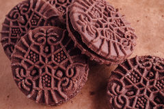 Schokoladen-Sandwich-Plätzchen mit Schokoladen-Creme nach innen Stockbild