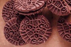 Schokoladen-Sandwich-Plätzchen mit Schokoladen-Creme nach innen Stockfotos