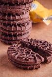 Schokoladen-Sandwich-Plätzchen mit Schokoladen-Creme nach innen Lizenzfreies Stockbild