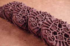 Schokoladen-Sandwich-Plätzchen mit Schokoladen-Creme nach innen Lizenzfreie Stockfotografie