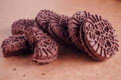Schokoladen-Sandwich-Plätzchen mit Schokoladen-Creme nach innen Lizenzfreie Stockfotos