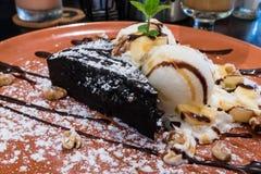 Schokoladen-Schokoladenkuchen mit Eiscreme Stockfotografie